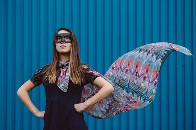 Garota na máscara de super-herói preto