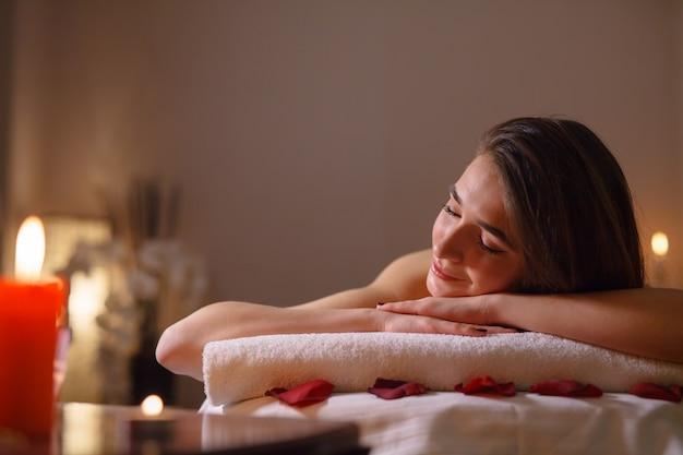 Garota na massagem no salão spa.