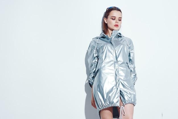 Garota na moda em roupas brilhantes