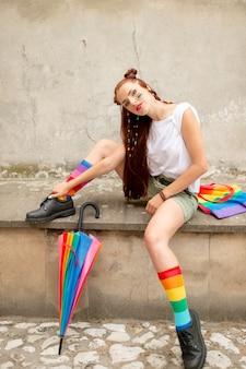 Garota na moda lgbt em meias coloridas, botas pretas.
