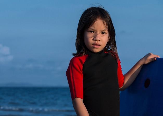 Garota na praia no nascer do sol
