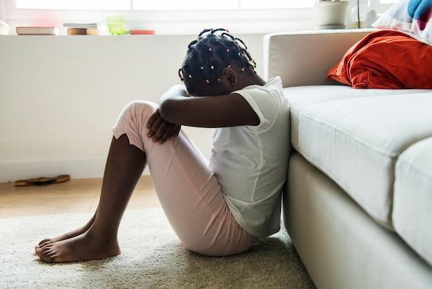 Garota negra com emoção de tristeza