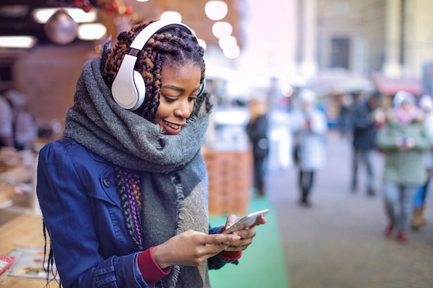 Garota negra com smartphone