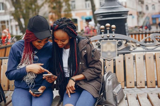 Garota negra em uma cidade