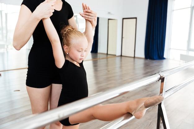 Garota no estúdio de balé