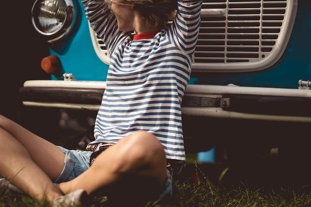 Garota no fundo de um ônibus vintage