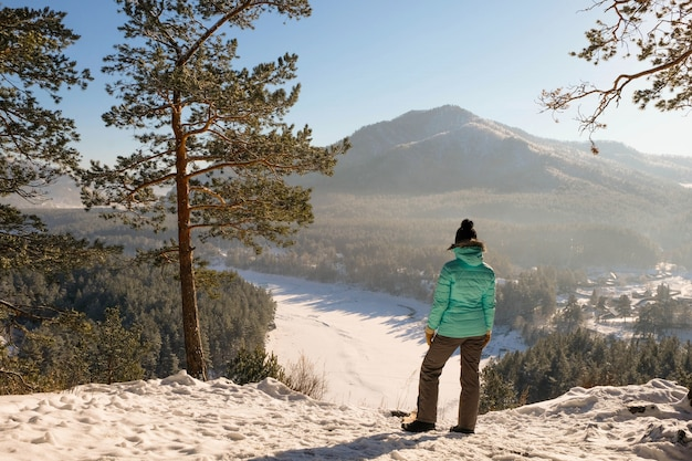 Garota no pico de alta montanha de inverno