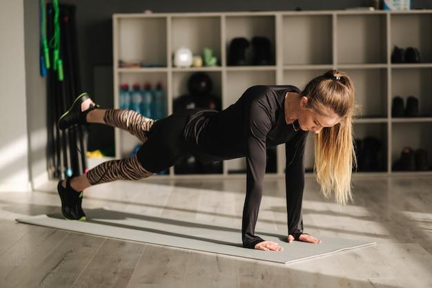 Garota no treinamento de ginástica, equipamentos esportivos. atlético feminino