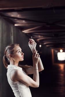 Garota no túnel pedonal. chocante e misterioso