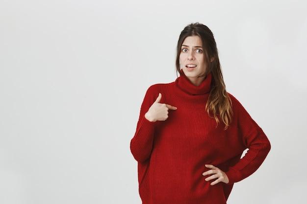 Garota ofendida apontando-se, sendo acusada