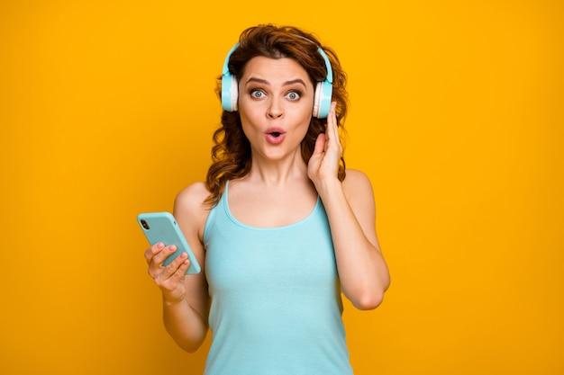 Garota ouve música no fone de ouvido