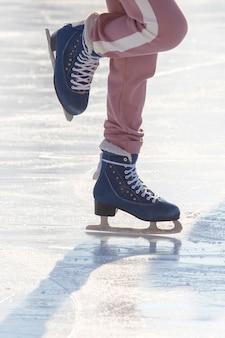 Garota patinando no gelo em uma pista de gelo