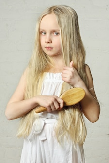 Garota penteando o cabelo