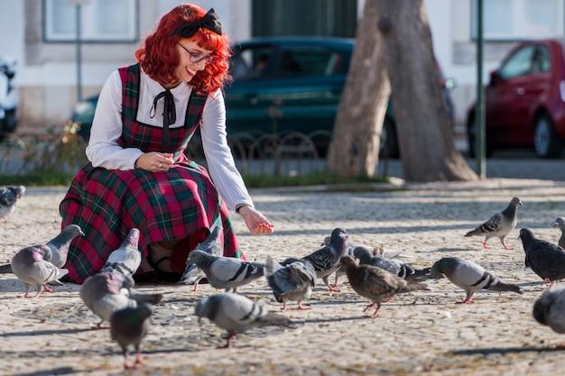 Garota pin-up alimentando os pássaros