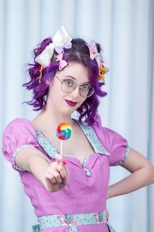 Garota pin-up com roupa colorida.