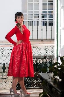 Garota pin-up com vestido vermelho