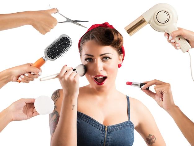 Garota pin-up maquiada e penteada por várias mãos