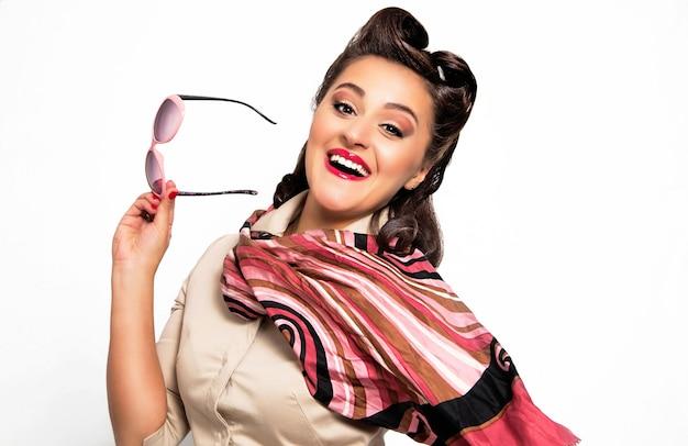 Garota pin-up, retrato de uma jovem mulher sexy feliz no estilo pin-up