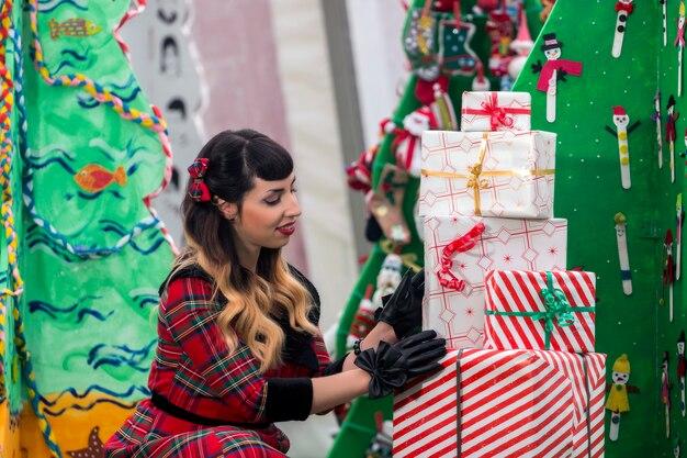 Garota pinup de natal com presentes