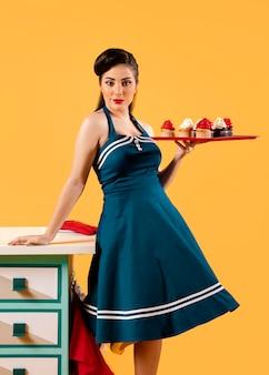 Garota pinup retrô na cozinha