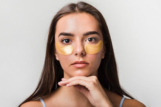Garota posando com máscara facial