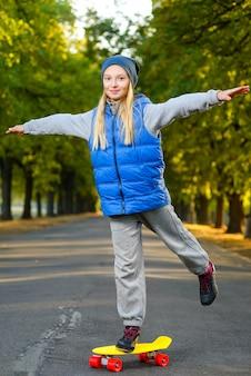 Garota posando com skate ao ar livre