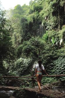 Garota posando no cenário de uma cachoeira