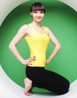 Garota posando no círculo verde