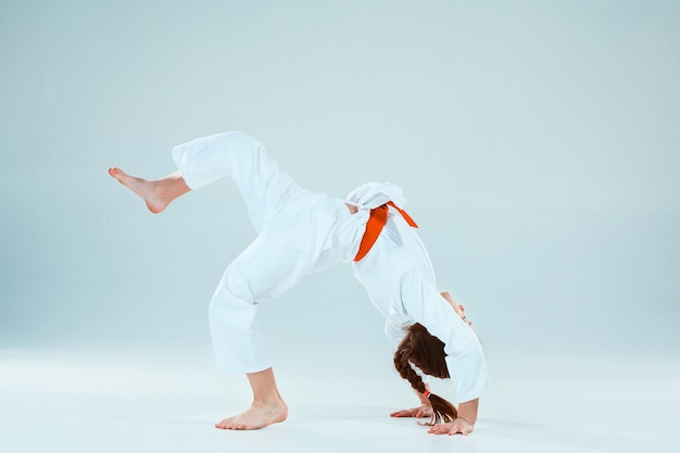 Garota posando no treinamento de aikido na escola de artes marciais. estilo de vida saudável e conceito de esportes
