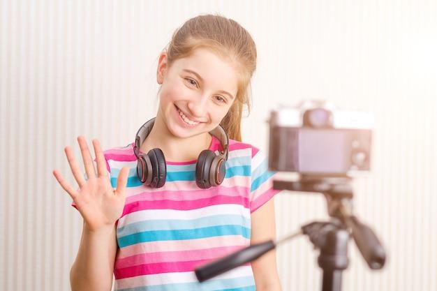 Garota posando para a câmera