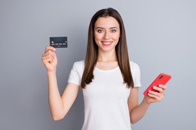 Garota positiva usar celular segurar cartão de crédito telefone conceito nfc