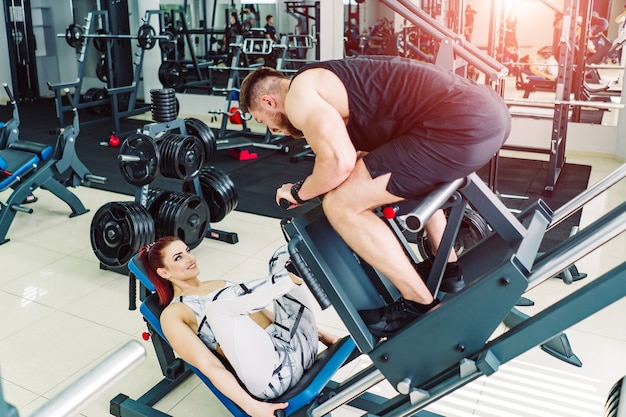 Garota pratica esportes com personal trainer
