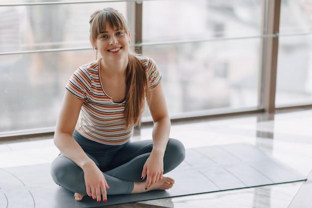 Garota pratica ioga, esportes e estilos de vida saudáveis, o conceito de equilíbrio mental