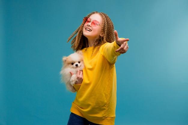 Garota pré-adolescente em roupas amarelas sorrindo