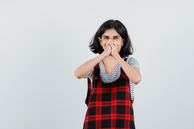 Garota pré-adolescente levantando as mãos juntas em uma camiseta