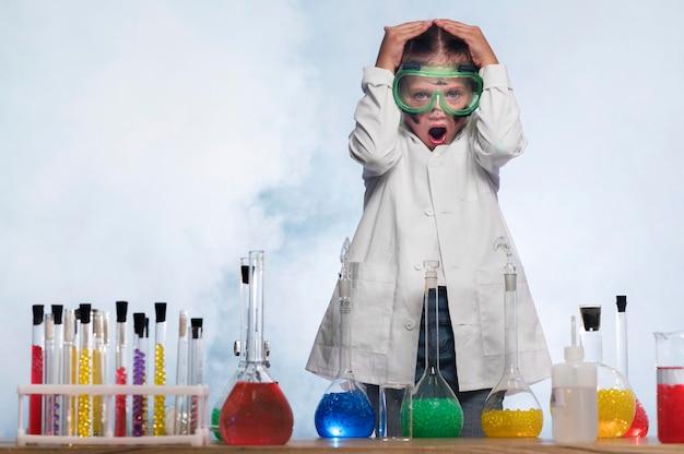 Garota preocupada no laboratório de ciências