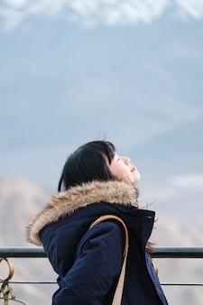 Garota refrescante ar e relaxar