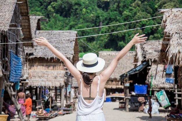 Garota relaxando em uma ilha de férias e procurando o perfeito estilo de mar