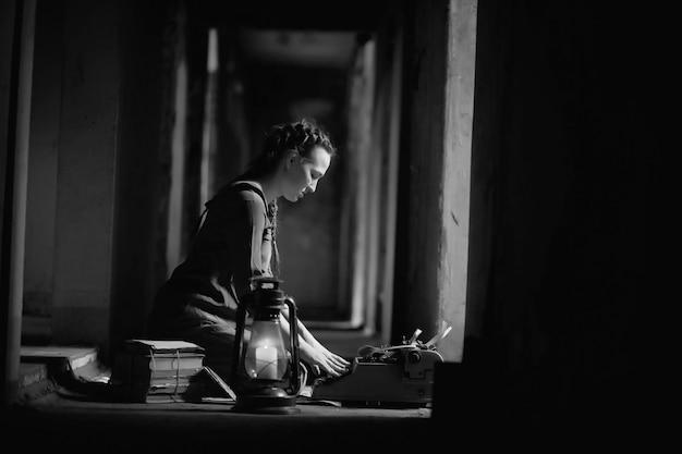 Garota retrô na velha casa lendo livros e escrevendo uma história
