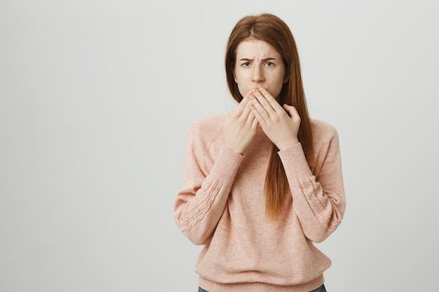 Garota ruiva adolescente preocupada calou a boca e parecia preocupada