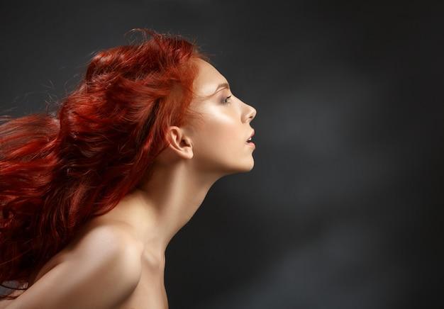 Garota ruiva com cabelo a voar