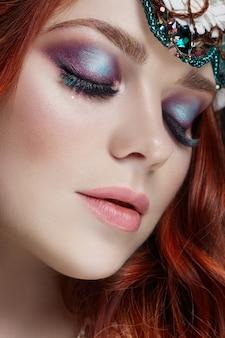 Garota ruiva com maquiagem brilhante e cílios grandes