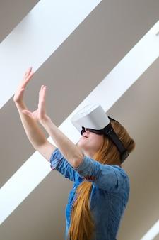 Garota ruiva com óculos de realidade virtual