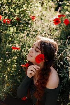 Garota ruiva em um campo de papoulas