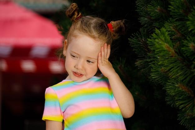 Garota ruiva em uma camiseta colorida listrada. retrato de close-up