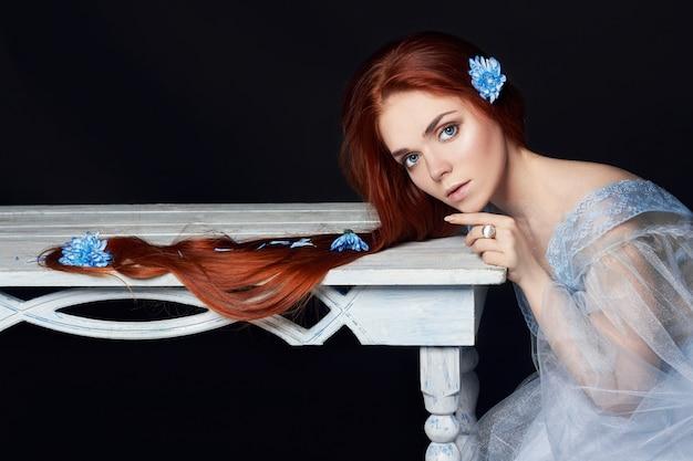 Garota ruiva linda sexy com beleza de cabelo comprido
