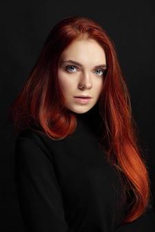 Garota ruiva linda sexy com cabelo comprido