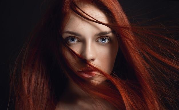 Garota ruiva linda sexy com cabelos longos, beleza