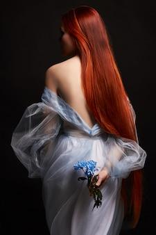 Garota ruiva linda sexy com cabelos longos em vestido