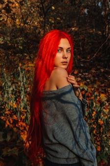 Garota ruiva linda sexy com cabelos longos, fortes e grossos.